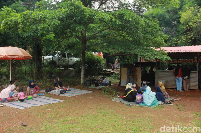 Serunya Makan Bakso Sambil Piknik di Bawah Pohon Teduh