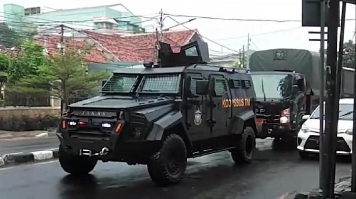 Viral kendaraan taktis Koopssus TNI (unjuk kekuatan) show of force di depan markas FPI di Petamburan (Screenshot video viral)