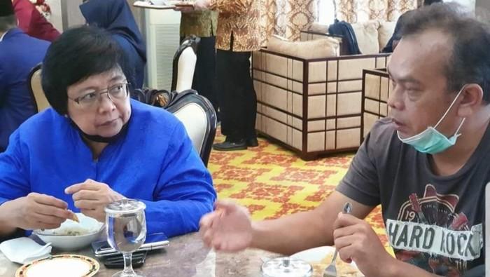 Almarhum Chaidir Anwar Tanjung saat Bersama Menteri Lingkungan Hidup Siti Nurbaya