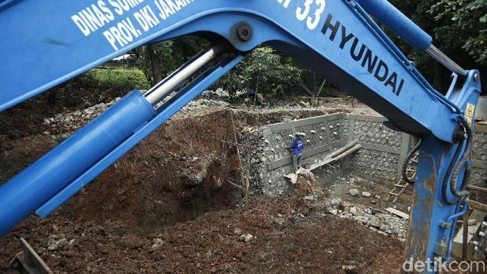 Saluran air di underpass Cawang, Jalan DI Panjaitan, Jakarta Timur diperlebar. Hal ini untuk mengantisipasi banjir saat musim hujan.