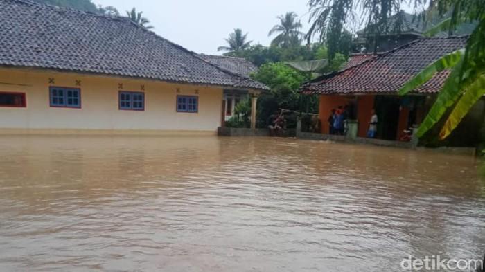 Banjir rendam rumah dan sawah di Lebak Banten
