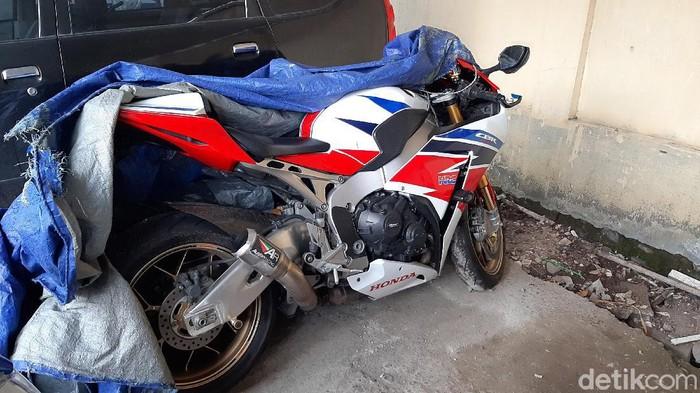Motor sport Honda CBR1000RR SP yang ditabrak pengendara Daihatsu Ayla kini diamankan di kantor Satlantas Polresta Banyumas. Begini kondisinya.