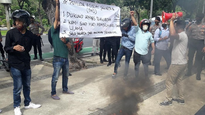 Massa demo di depan Balai Kota menyatakan dukungan kepada Gubernur Anies Baswedan dan ulama, Jumat (20/11/2020).