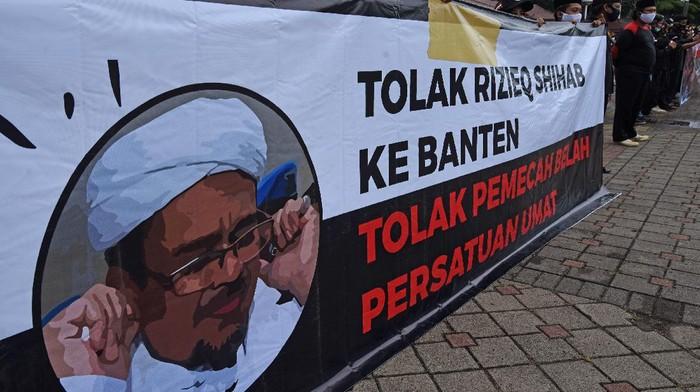 Sejumlah warga gelar aksi unjuk rasa tolak kehadiran Habib Rizieq Shihab di kawasan Banten. Aksi itu digelar di Alun-alun Serang, Banten.