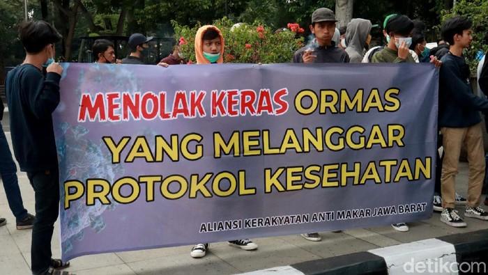 Massa dari Aliansi Kerakyatan Makar Jawa Barat gelar aksi unjuk rasa di Bandung. Mereka menolak kegiatan ormas yang melanggar protokol kesehatan.
