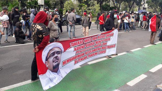 Massa kontra Anies dan Habib Rizieq demo di depan Balai Kota DKI, Jumat (20/11/2020).