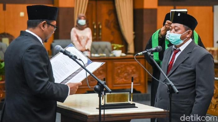 DPRD Banyuwangi melantik Eko Hariyono dari PDIP sebagai anggota dewan pergantian antarwaktu (PAW). Eko mengganti Sugirah yang maju dalam Pilbup Banyuwangi.