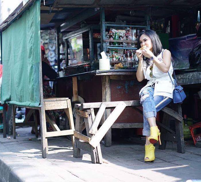 Bikin Salah Fokus! 5 Gaya Necis Selebriti saat Makan di Warung Kaki Lima