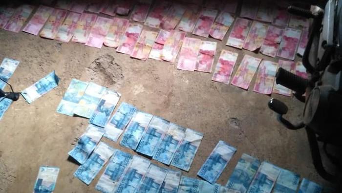 Heboh uang Rp 23 juta berceceran di saluran irigasi, Batang, Jawa Tengah, Jumat (20/11/2020).