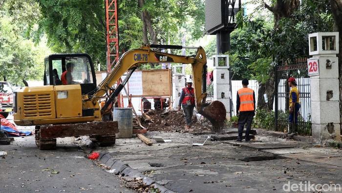 Proyek pengerjaan penataan PKL Higienis di trotoar Jalan Raden Patah terus dilakukan. Begini progresnya.