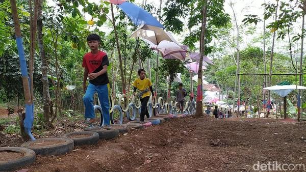 Desa Wisata Sinarmulya Bojongsari itu baru dibuka pada pertengahan Agustus 2020. Luasnya, sekitar 1 hektare di lahan lereng. Meski saat ini masih dalam tahap penataan, tempat wisata itu sudah memiliki banyak pilihan.