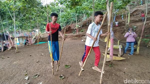 Anak-anak bermain dengan engrang di Kampung Wisata Sinarmulya Bojongsari.