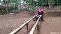 Ada beberapa wahana permainan untuk anak dan dewasa di desa wisata itu. Seperti ayunan, perosotan, jungkitan, beberapa spot foto dengan pemandangan indah, roller coaster tradisional dari bambu yang biasa disebut lori-lorian, permainan egrang atau jungkung, perosotan menggunakan ember di tanah dan permainan tradisional lainnya.