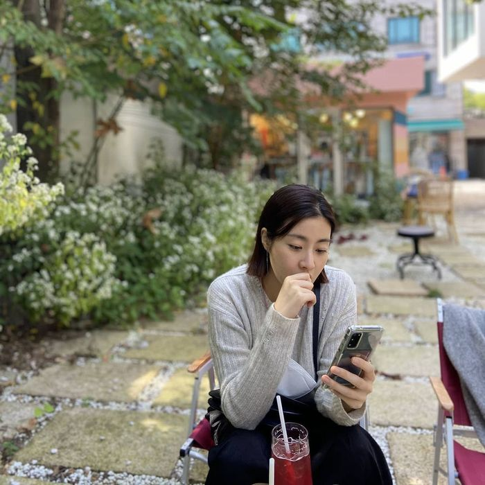 Pose Kang Sora saat Jajan Es Krim dan Kue Ini sangat Menggemaskan