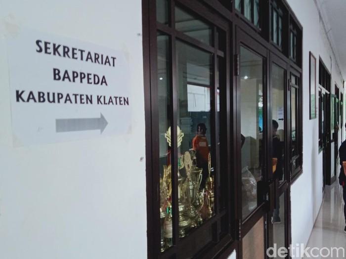 Kantor Bappeda Kabupaten Klaten sepi dari kegiatan gegara pejabatnya meninggal karena Corona, Jumat (20/11/2020).