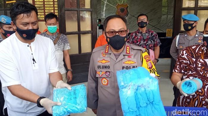 Kapolrestabes bandung bongkar produksi daur ulang sarung tangan medis