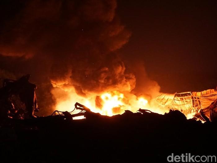 Pabrik perabotan rumah tangga di Mojokerto kembali terbakar. Kali ini api membakar gudang penyimpanan bijih plastik yang menjadi bahan baku untuk produksi.