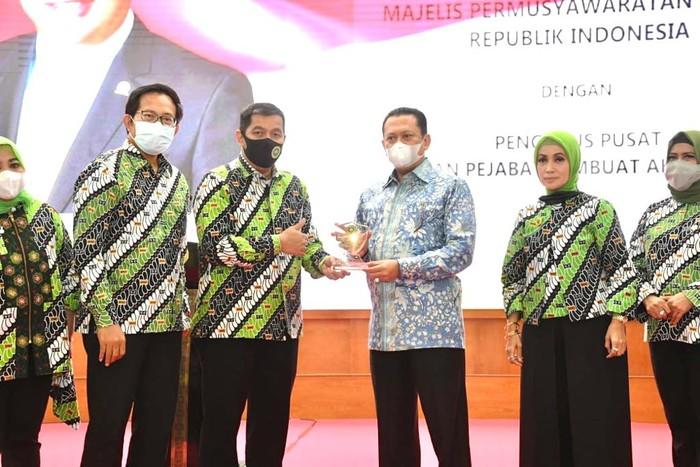 Ketua MPR RI Bambang Soesatyo menegaskan selain sandang dan pangan, kebutuhan papan menjadi kebutuhan pokok rakyat yang telah dijamin dalam konstitusi.