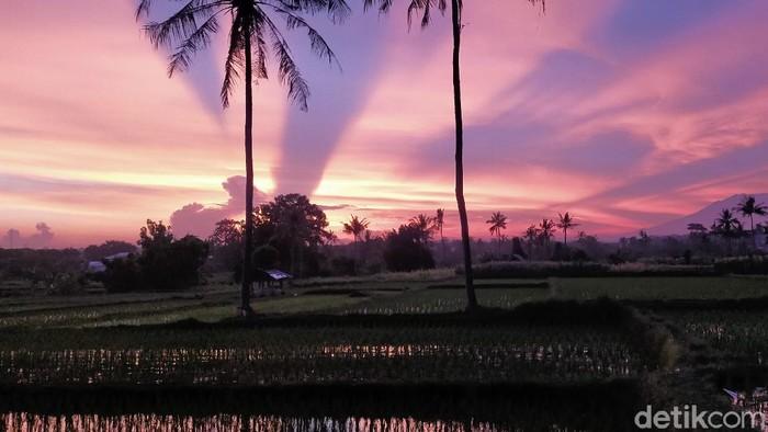 Potret mengesankan tampak di langit Banyuwangi dalam dua hari terakhir. Langit Banyuwangi seperti terbelah saat matahari terbenam atau sunset.