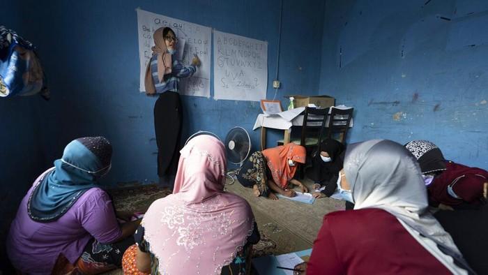 Pendidikan jadi hal penting bagi masyarakat, tak kecuali bagi para pengungsi wanita. Pasalnya, melalui pendidikan mereka dapat memperbaiki hidup jadi lebih baik