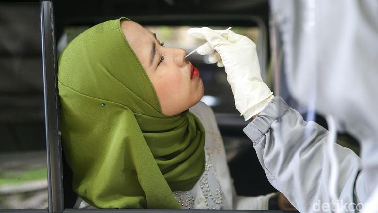 Petugas melakukan uji Swab Antigen atau PCR di Swab Drive Thru Rumah Sakit Pondok Indah (RSPI) Bintaro, Tangerang, Jumat (20/11/2020). Dengan penyediaan fasilitas ini membuat masyarakat lebih nyaman dan aman tanpa harus kontak dengan banyak orang.