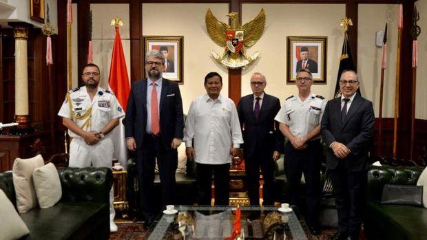 Menteri Pertahanan RI Prabowo Subianto menerima kunjungan kehormatan Duta Besar (Dubes) Perancis H.E. Mr. Oliver Chambard untuk Indonesia, Kamis (19/11), di kantor Kemhan, Jakarta. (Dok: Kemenhan)