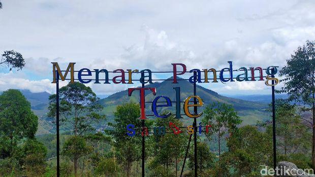 Keindahan yang dimiliki Danau Toba memang tak ada habisnya. Wisatawan pun bisa melihat pesonanya dari ketinggian 1479 mdpl di Menara Pandang Tele.