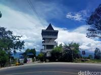 Menara Pandang Tele sudah berdiri selama 32 tahun. Memiliki tinggi sekitar 25 meter, keindahan panorama Danau Toba hingga pegunungan samosir akan membuat wisatawan terkagum akan indahnya ciptaan Tuhan. (Foto: Elmy Tasya Khairally/detikcom)