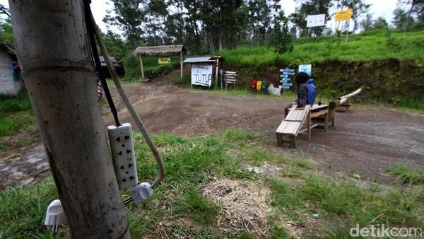 Kawasan objek wisata itu pun tampak sepi dari pengunjung usai ditutup imbas meningkatnya status Gunung Merapi menjadi siaga.
