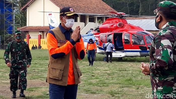 Kepala BNPB Doni Monardo kunjungi lokasi pengungsian Gunung Merapi di Boyolali. Doni tiba di dekat lokasi pengungsian dengan naik helikopter BNPB.