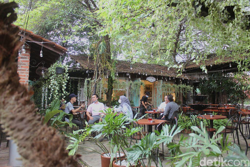 Ngopi Cantik di Kafe 'Hidden Gems' Bergaya Vintage
