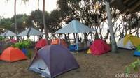 Keindahan alam Pantai Rajegwesi sangat sayang untuk dilewatkan. Traveler bisa mendirikan tenda dan menikmati waktu sampai menjelang malam tiba. View langit nan indah efek dari matahari terbenam pun terlihat di kawasan Pantai Rajegwesi.