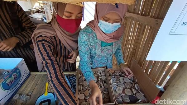 Uang tersebut bisa ditukarkan di lokasi masuk Pasar Ampiran. Uang koin yang tersedia mulai dari bertuliskan angka 1 hingga 10. Pengunjung bisa menukarkan uang koin sesukanya. (Dian Utoro Aji/detikTravel)