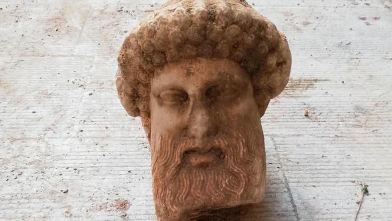 Patung Dewa Hermes ditemukan saat pembersihan selokan