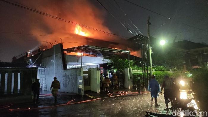 Penampakan rumah di Jalan Mawar, Semarang yang kebakaran sore ini