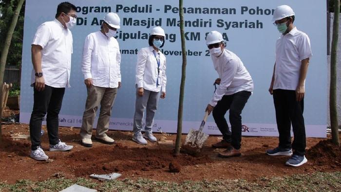 Area masjid Mandiri Syariah di ruas Tol Cipularang (Cikampek-Purwakarta-Padalarang) KM 88A akan semakin hijau. Hal ini dengan dilakukannya penanaman 1000 pohon.