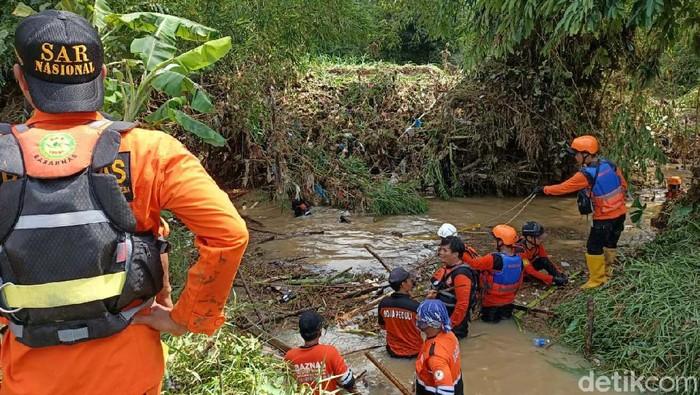 Dua pemotor hilang terseret arus saat hujan deras yang menyebabkan banjir di Kecamatan Boja, Kabupaten Kendal, Jawa Tengah. Proses pencarian terus dilakukan.