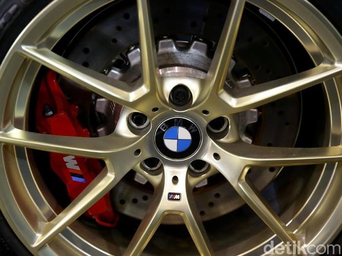 BMW Indonesia meluncurkan 3 kendaraan terbaru BMW M. Salah satunya adalah New BMW M2 CS. Apa saja kelebihannya? Lihat yuk.