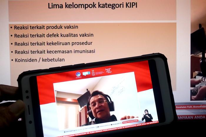 Prof. Dr. dr. Hindra Irawan Satari Sp.A(K)., MTropPaed (Ketua Komnas Kejadian Ikutan Pasca Imunisasi (KIPI)) memberikan paparan dalam dialog bertema keamanan vaksin dan menjawab KIPI (Kejadian Ikutan Pasca Imunisasi) di Jakarta