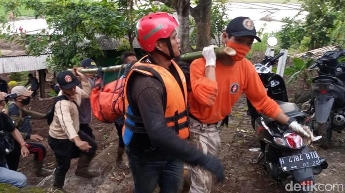 Proses evakuasi jasad anak pemotor yang hanyut terseret banjir di Kendal. Korban kedua atas nama Nadia Ruli Puspita (25) ditemukan di bawah sutet di areal persawahan, Jumat (20/11/2020).