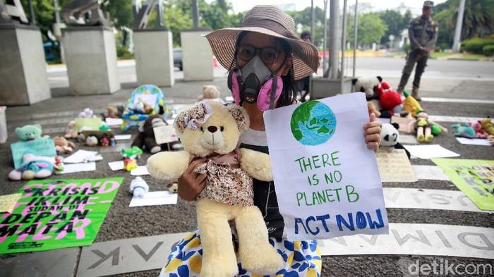 Sejumlah aktivis memperingati Hari Anak Sedunia yang jatuh hari ini di Taman Pandang Istana, Jakarta, Jumat (20/11). Aksi diwarnai dengan membawa puluhan boneka.