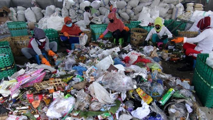 Pengolahan sampah jadi BBM tak hanya dilakukan di TPA Gampong Jawa, Aceh. Di kedungrejo, Banyuwangi, sampah plastik juga diolah jadi solar dex hingga premium.