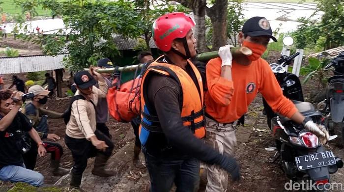 Korban kedua pemotor yang hanyut terseret banjir di Kabupaten Kendal ditemukan tewas. Korban ditemukan di bawah sutet atau sekitar 4 km dari lokasi kejadian.