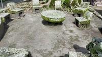 Terdapat batu yang berbentuk kursi yang berjejer. Layaknya sebagai tempat musyawarah. Ada 5 orang yang akan memutuskan hukuman, dua penasehat korban, dua penasehat terdakwa dan satu penasehat kerajaan.