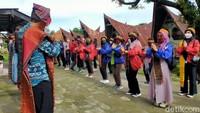 Tak hanya mendapatkan kisah sejarah, wisatawan juga diajak menari tor-tor oleh pemandu wisata.