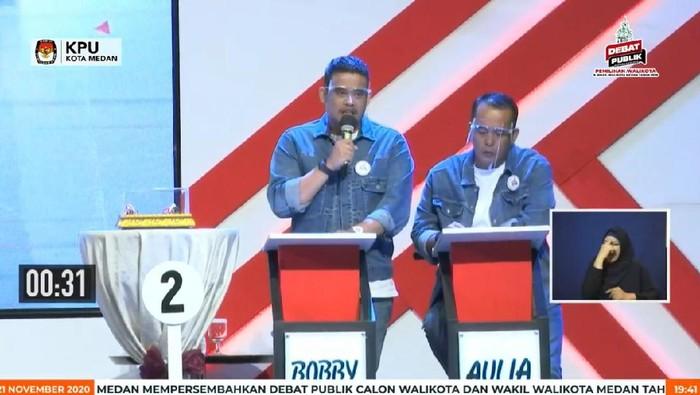 Bobby Nasution-Aulia Rachman saat debat Pilkada Medan (dok. Facebook KPU Medan)