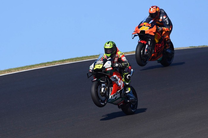 PORTIMAO, PORTUGAL - NOVEMBER 20: Cal Crutchlow of Great Britain and LCR Honda (in front) and Pol Espargaro of Spain and Red Bull KTM Factory Racing lift the front wheel during the free practice for the MotoGP of Portugal at Algarve Motor Park on November 20, 2020 in Portimao, Portugal. (Photo by Mirco Lazzari gp/Getty Images)