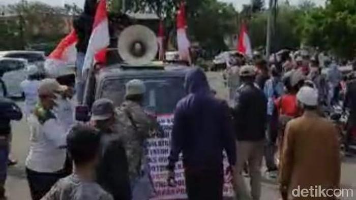 Demonstran Penolak Habib Rizieq dan FPI Nyaris Bentrok di Karawang
