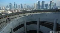 Selain itu, ada juga sejumlah aturan yang harus dipatuhi para pesepeda yaitu dilarang melakukan tindakan tidak aman atau ekstrem saat menanjak, ataupun saat berada di rooftop Kuningan City.