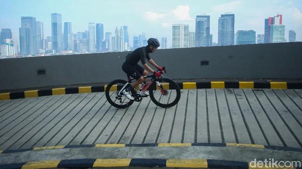 Banyak pesepeda yang menjajal tanjakan 13 ini bersama rekan pesepedanya.